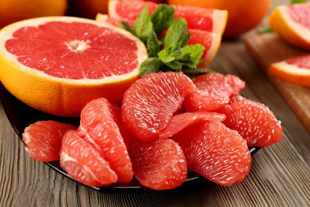 Bưởi là loại quả chứa nhiều vitamin C giúp phòng chảy máu chân răng