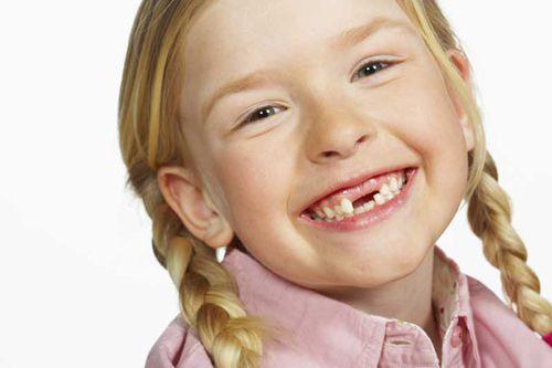 Thường xuyên kiểm tra răng cho trẻ để sớm phát hiện bất thường