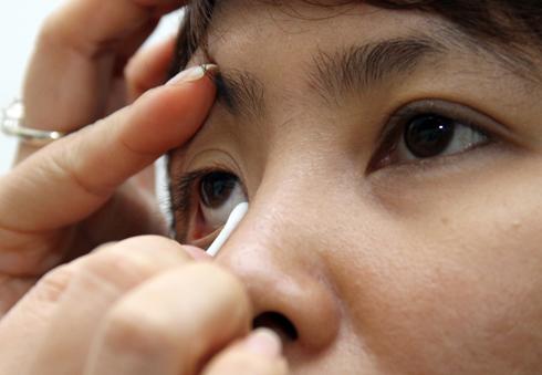 Nguy hại cho mắt nếu chữa sâu răng bằng lá tía tô không đúng cách.