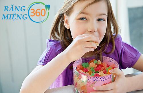 Vì sao trẻ nhỏ hay ăn kẹo rất dễ bị sâu răng?