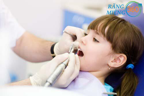 Khám răng định kỳ 2 lần/năm cho trẻ nhỏ