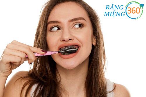 Cách đánh răng bằng than hoạt tính