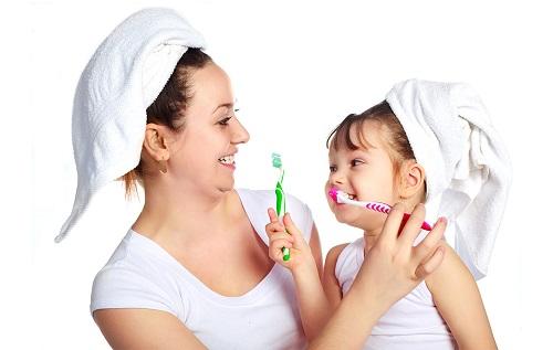 cách vệ sinh răng miệng cho bé 2 tuổi