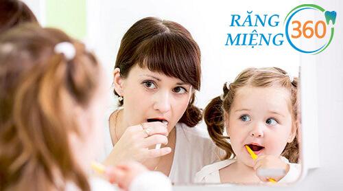 cách làm sạch mảng bám trên răng bé