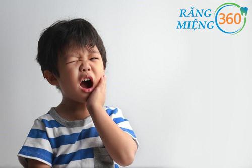 trẻ mọc răng hàm số 6 bị sốt