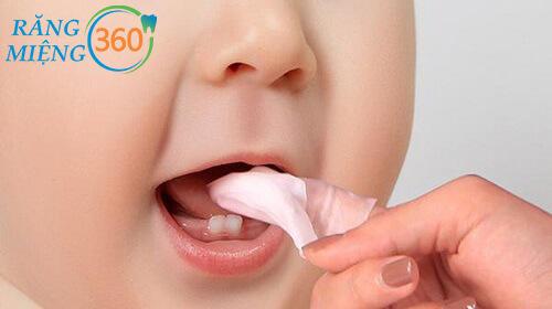 cách vệ sinh răng miệng cho bé 1 tuổi